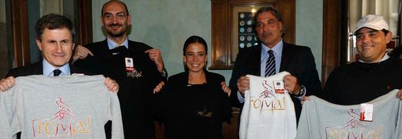 Il sindaco di Roma esibisce il nuovo logo della città