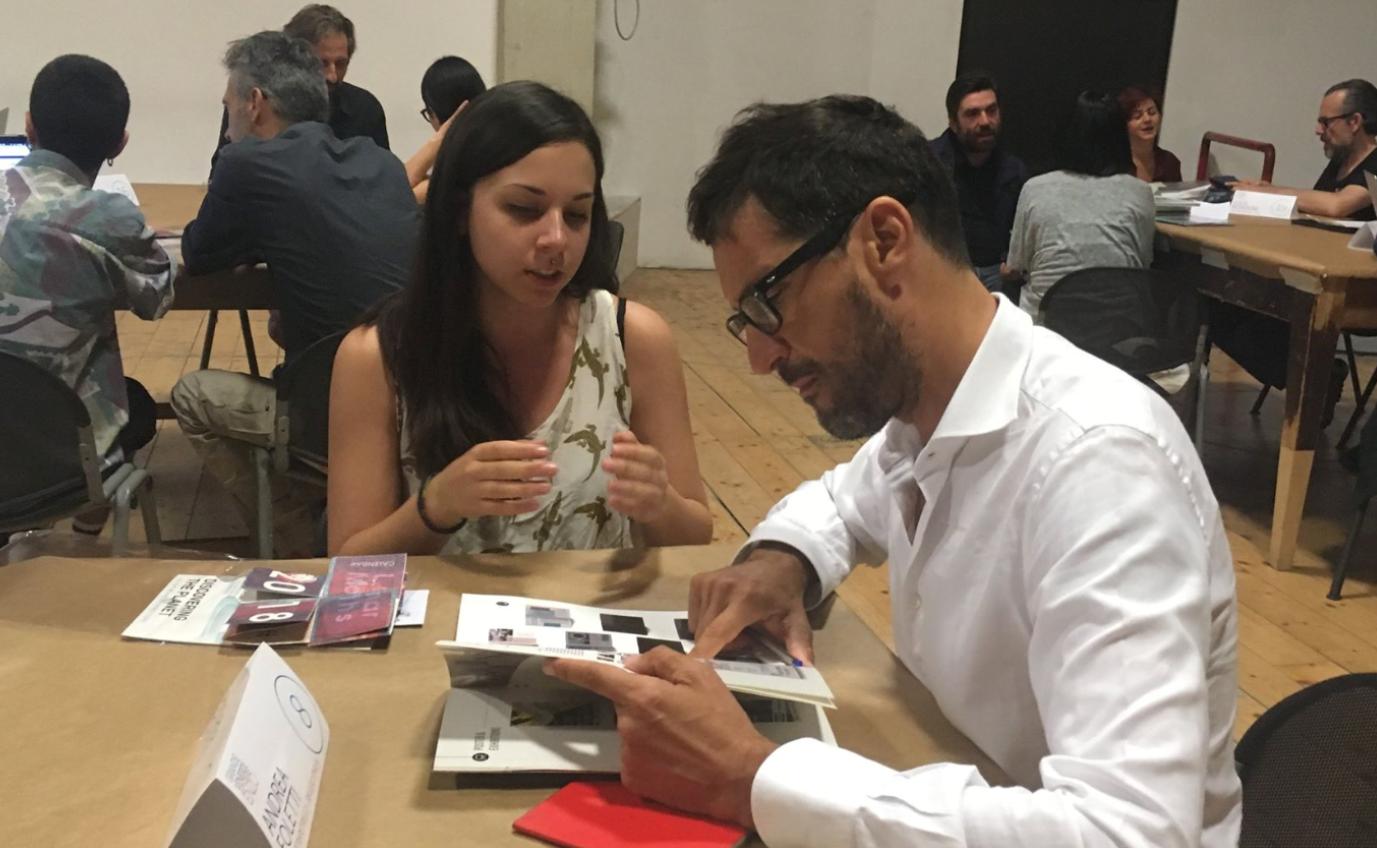 Direttori creativi guardano i portfolio
